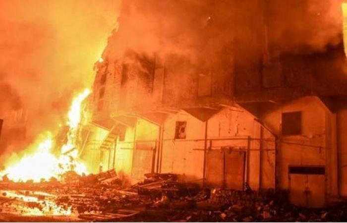 إخماد حريق مخزن سجاد بفيصل