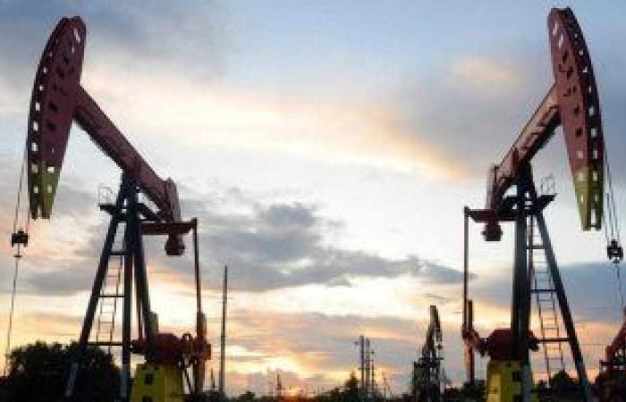 النفط يربح على الرغم من تعثر توزيع اللقاح والسلالات الجديدة لفيروس كورونا