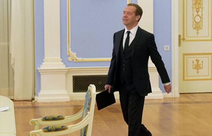 ميدفيديف: ربما تحدث معجزة ذات يوم ويدرك الأمريكيون أهمية الحوار الاستراتيجي مع روسيا