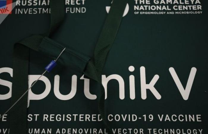 """تسمية إحدى حانات باريس الشهيرة باسم اللقاح الروسي """"سبوتنيك V""""... فيديو"""
