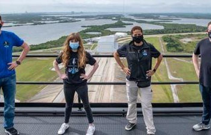 """تعرف على أول طاقم من المدنيين على متن صاروخ """"SpaceX"""""""
