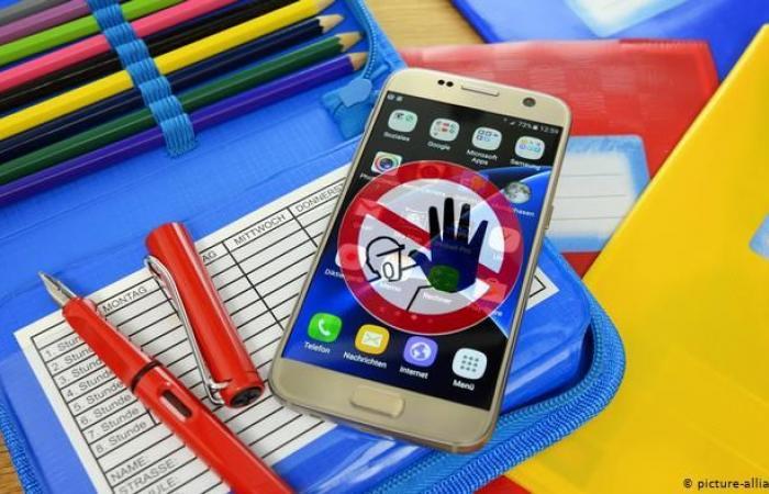 دولة تحظر استخدام الهواتف لهذا السبب