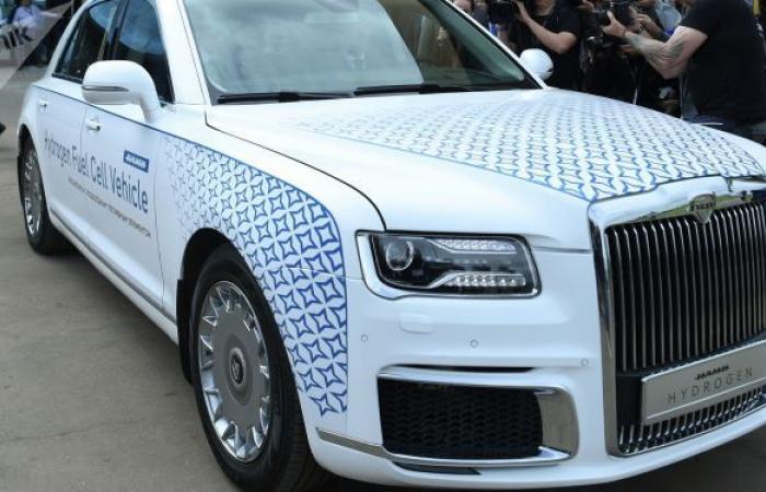"""بالفيديو... وزير الصناعة الروسي يختبر سيارة """"أوروس"""" الهيدروجينية"""