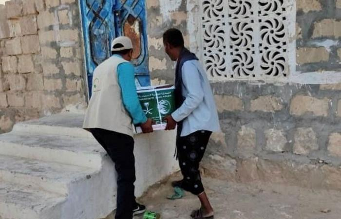 بالصور.. إغاثي الملك سلمان يوزع سلالًا غذائية في حضرموت اليمنية
