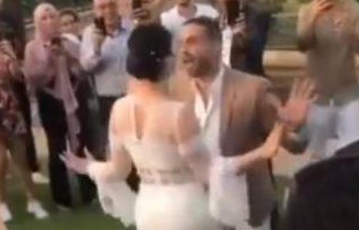 وصلة رقص بين محمد فراج و بسنت شوقي فى عقد قرانها .. فيديو
