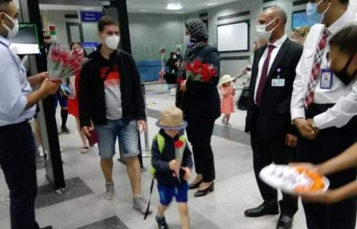 بالورود والهدايا.. مطار الغردقة يستقبل أولى الرحلات الجوية من براغ | صور