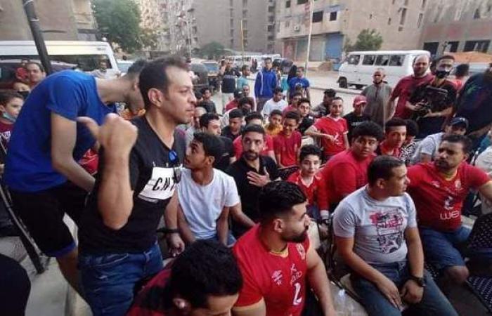إسلام الشاطر على أحد مقاهي فيصل مع الجماهير لمتابعة مباراة الأهلي   فيديو