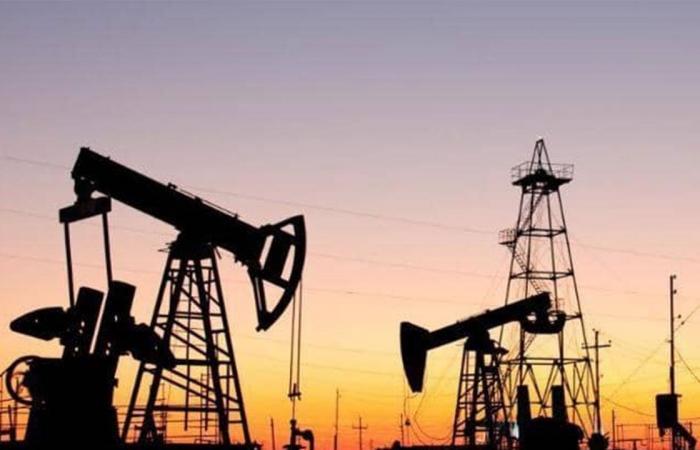 تراجع مخزونات الخام الأمريكية للأسبوع السادس يرفع أسعار النفط