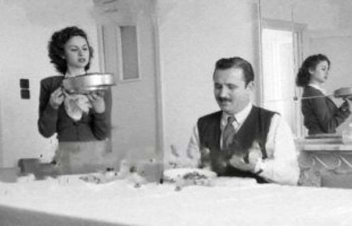 زيارة لبيت فاتن حمامة عام 1952.. خجولة وزعلانه علشان جوزها لابس صندل