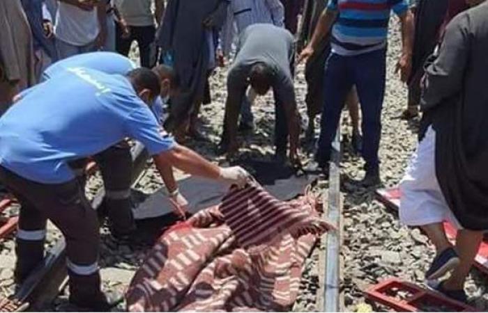 الصور الأولى لرفع جثة سائق السيارة في حادث قطار قنا | صور