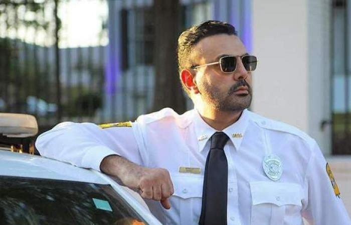 محمد كريم يفاجئ جمهوره بملابس الشرطة الأمريكية في كواليس A Day To Die مع بروس ويليز