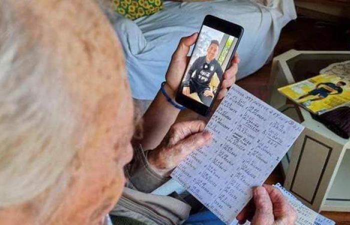 مشجع عمره 100 عام يوثق كل أهداف ميسي بخط يده.. وهذا ما فعله البرغوث معه   صور