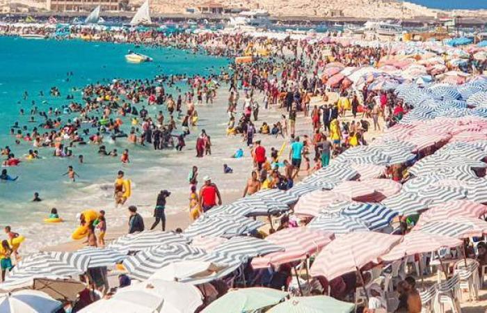 بث مباشر | زحام على شواطئ مطروح ثالث أيام العيد