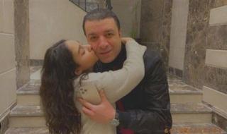 قبلة على الخد.. مصطفى كامل مع ابنته نور في أحدث ظهور .. شاهد