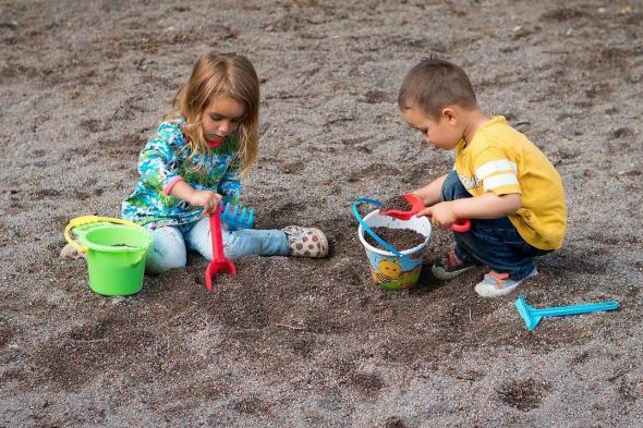 دراسة تكشف فائدة غير متوقعة للعب الأطفال بالتراب